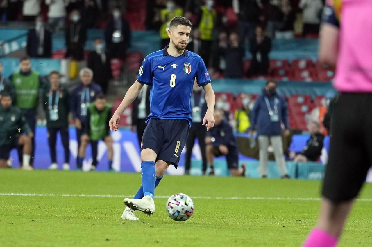 Biểu cảm hài hước của Chiellini với Alba trước loạt penalty - Bóng Đá