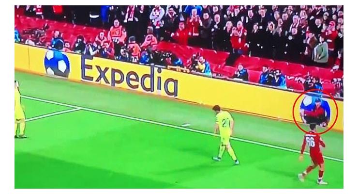Cannonier (khoanh tròn đỏ) ném bóng cho Alexander-Arnold thực hiện quả đá phạt góc nhanh trước Barca