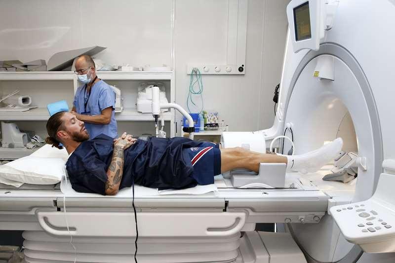 Sergio Ramos lạ lẫm ở PSG, lộ số áo chính thức - Bóng Đá