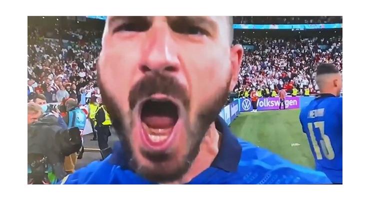"""Bonucci yelling """"It's coming to Rome!"""" at the camera - Bóng Đá"""
