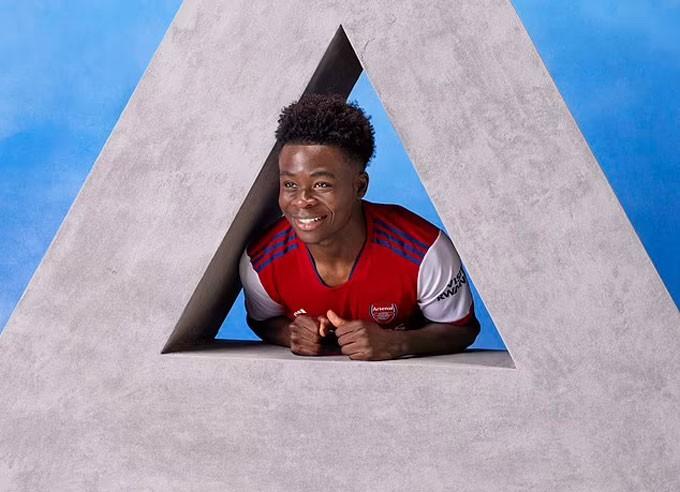 Saka tươi tắn trong chiếc áo đấu mới của Arsenal