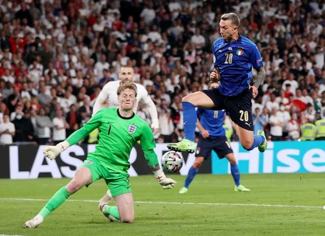 Pickford băng ra cản phá một tình huống Italia xâm nhập vòng cấm trong trận chung kết EURO 2020