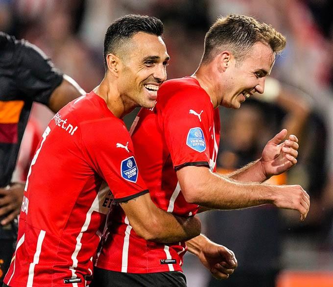 Đồng đội ăn mừng với Gotze sau khi anh ghi bàn vào lưới Galatasaray